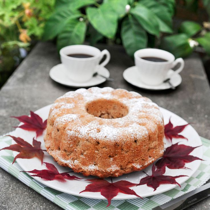 Saftig äppelkaka med smak av kanel, muskot och nötter.