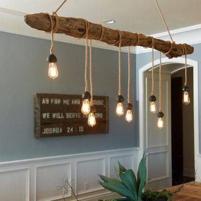 Lámpara con tronco de madera y bombillas colgantes.