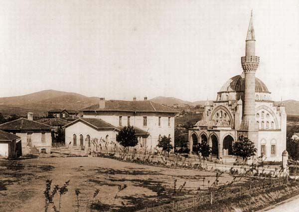 Bir zamanlar İstanbul taşrası sayılan Bostancı'daki cami ve Bostancı Mektebi.
