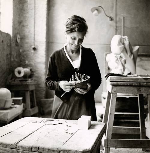 "FOTO DEL GIORNO - Louise Bourgeois al lavoro sull'opera ""Sleep II (Dream II)"", Carrara, 1967 [foto: I. Bessi]..."
