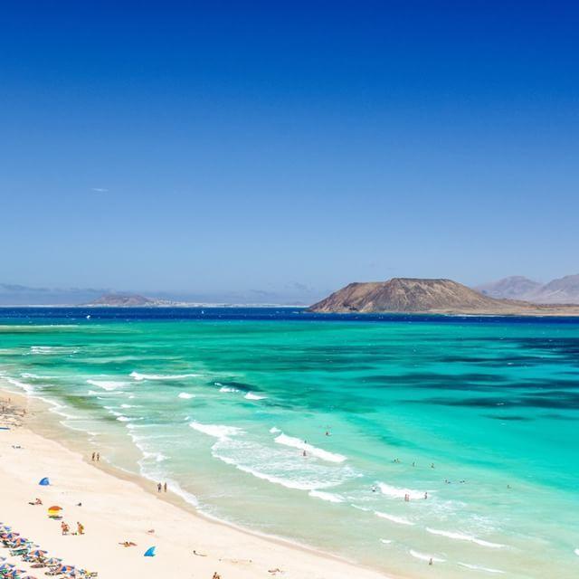 Corralejo Beach på Fuerteventura    Någon som vart här upp med en hand?!   #reseguiden #fuerteventura #corralejo #restips #kanarieöarna #streand #oceanlover
