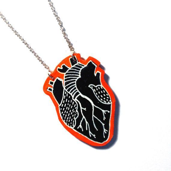 Collana Cuore in legno dipinto a mano di valeillustra su Etsy