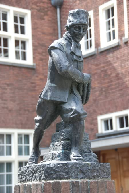 De Turfschipper Adriaan van Bergen Bij de haven (Geerkade) een standbeeld van Adriaan van Bergen, de turfschipper uit Leur die in 1590 met zijn beroemde turfschip soldaten Breda binnensmokkelde, waardoor de stad van de Spanjaarden kon worden bevrijd.