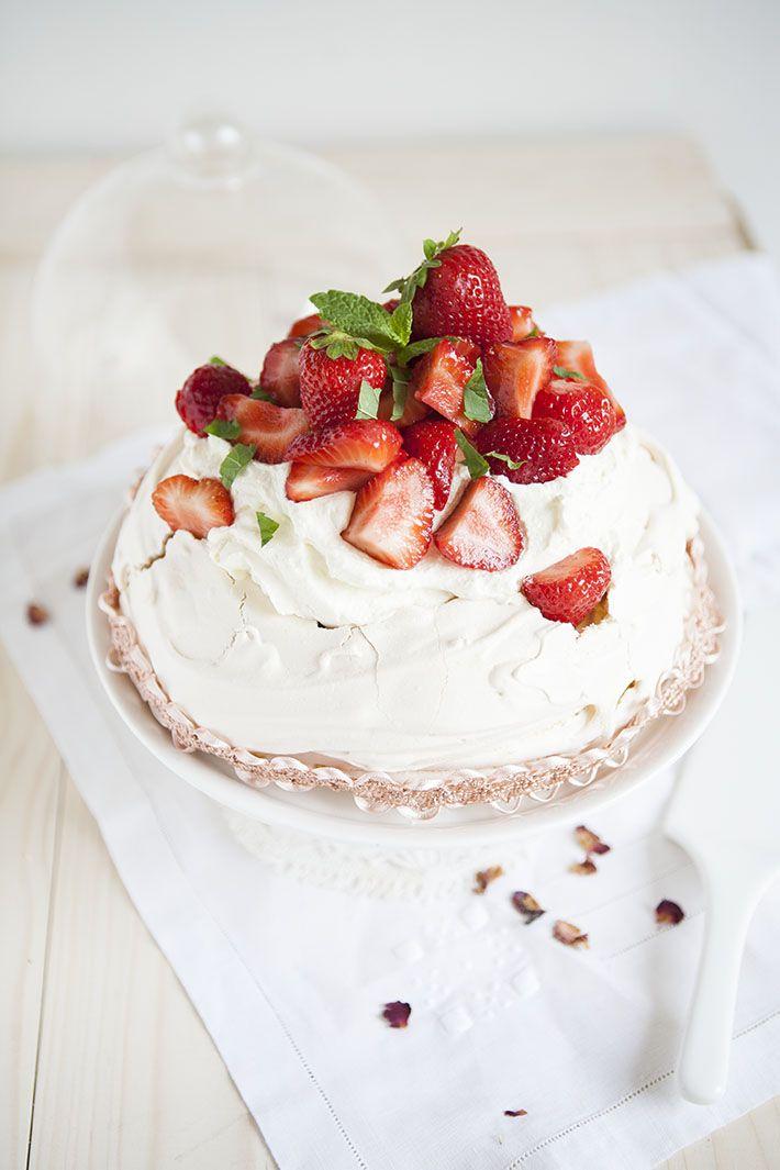 Pavlova fraises rhubarbe avec une pointe de menthe