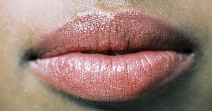 Cómo hacer tu voluminizador labial con pimienta y canela. Tener labios gruesos es algo por lo que la mayoría mujeres haría cualquier cosa. En lugar de gastar dinero en productos de belleza, busca en tus gabinetes para tener unos labios más carnosos de manera casera. El ingrediente esencial en la mayoría de los voluminizadores labiales consiste de un irritante para los labios, lo que finalmente provoca ...