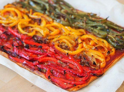 Sur une pâte feuilletée pour un rendu aérien, du coulis de tomate et des poivrons rouges, jaunes et verts revenus avec un peu d'oignon et d'aromates. Toutes les saveurs de la Provence....