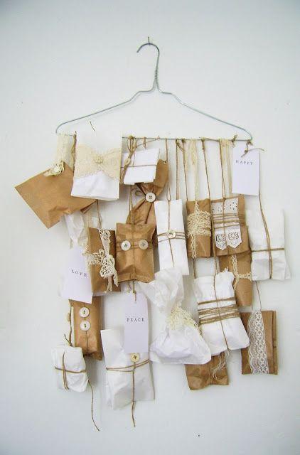 Mooie adventkalender van papieren zakjes aan een kleerhanger - Silly old suitcase