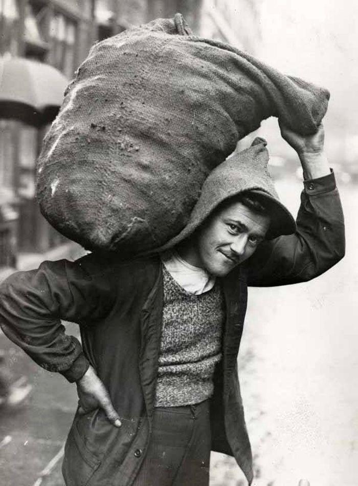Le charbonnier, Paris, circa 1934.