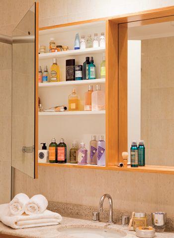 Para guardar os cosméticos, a arquiteta Tucah Campos fez um armário, 1 x 1,20 x 0,15 m, atrás do espelho, acima da bancada do banheiro.