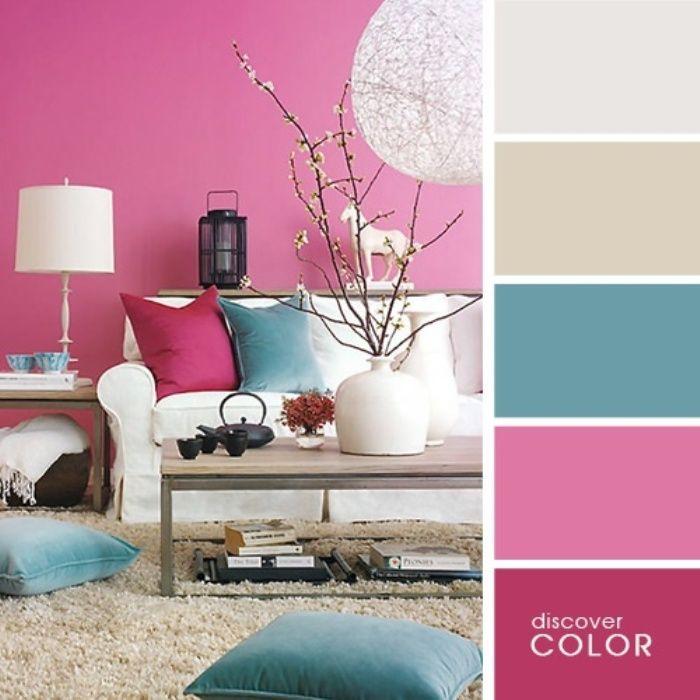 Насыщенные розовые стены гостиной можно разбавить белой мебелью и предметами декора голубого цвета.