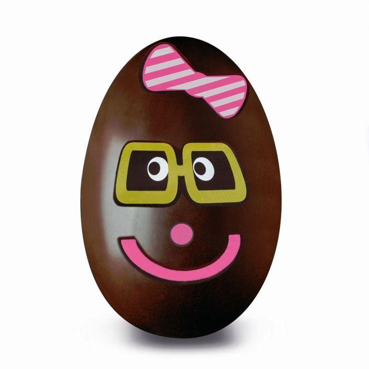 Oeufs Tatoos de De Neuville : œufs en chocolat à décorer soi-même. Pour les décorer, il suffit de napper les tatoos d'un sirop et de les coller sur les œufs. 12,30 € l'oeuf de 8 cm + 1 kit + 30 g de garniture