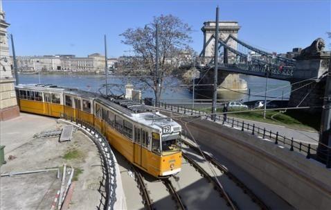 19-es ICS villamos a Lánchíd híd budai hídfőjénél 2016. március 14-én. | MTI Fotó: Máthé Zoltán - PROAKTIVdirekt Életmód magazin és hírek - proaktivdirekt.com