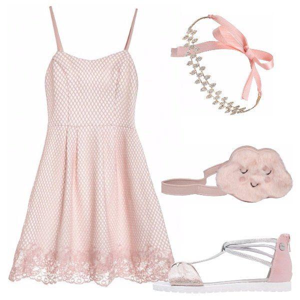 Vestito rosa chiaro, con micro fantasia, scollo a V, bretelle sottili e pizzo lungo l'estremità della gonna. Sandali rosa e argento, con suola di gomma e chiusura sul tallone. Borsa a tracolla rosa a forma di nuvola ed elegante accessorio per capelli di pietre e nastri rosa.