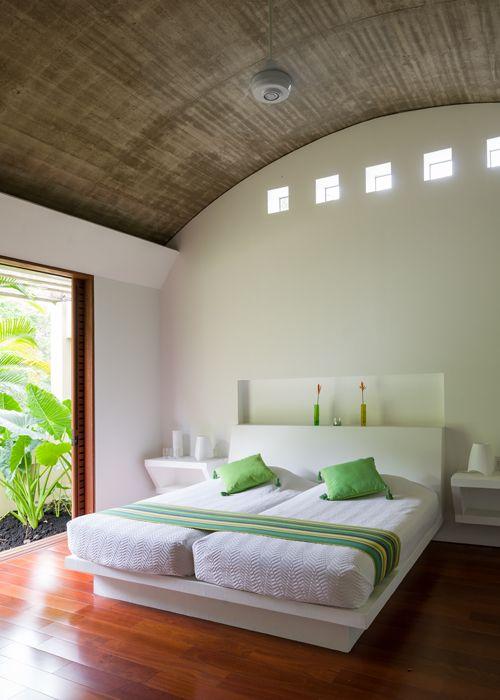 La arquitectura enfatiza el espacio central de la casa sin quitarle protagonismo al paisaje circundante, caracterizado por una vegetación exuberante y camb