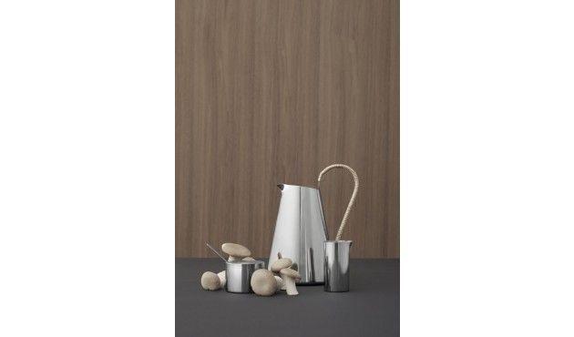 Das minimalistische AJ Sahnekännchen nach einem Design von Arne Jacobsen fügt sich nahtlos in…