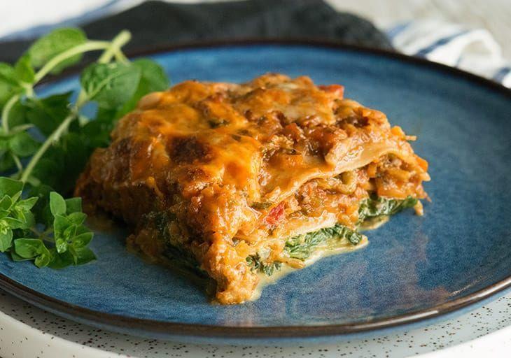 Vegetar lasagne med masser lækre grøntsager i en cremet og lækker lasagnesauce - få den bedste opskrift på sund grøntsagslasagne her