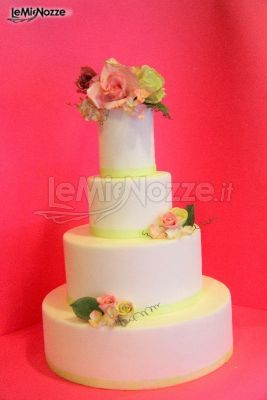 http://www.lemienozze.it/gallerie/torte-nuziali-foto/img32710.html Torta nuziale con fiori di zucchero decorati a mano