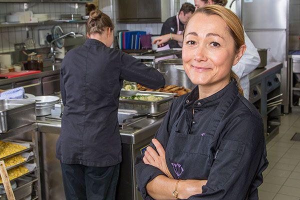 «Knusperteig» - Bierteig, der Fisch, zartem Geflügel oder knackigem Gemüse einen Knuspermantel zaubert: Tanja Grandits