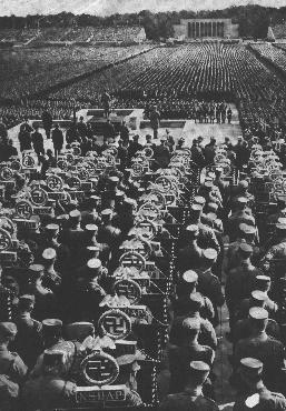 Fileiras de porta-estandartes da SA enchem a quadra atrás do palanque do orador no Congresso do Partido Nazista de 1935. Nuremberg, Alemanha, setembro de 1945.
