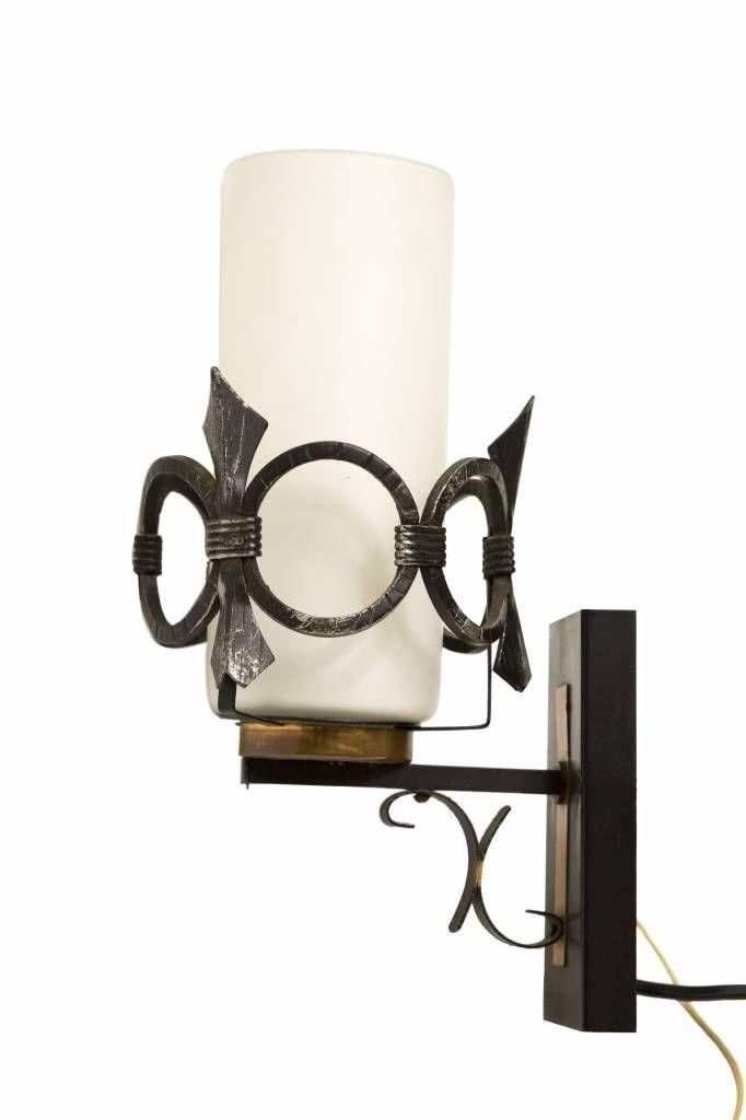 Muurlamp. Vintage verlichting. € 39,95 - Metalen wandplaatje met een klein wit glazen kapje dat als een toorts op het lampje is geplaatst. Om het lampje is een metalen sierrand gelaatst. Erg fraai!