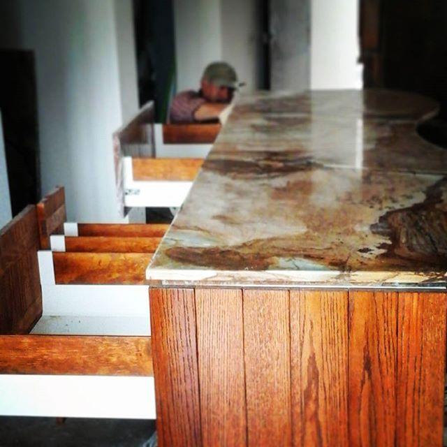 l #Cuarcita y #madera de #encino l #cocina #diseño #designandbuild #kitchendesign #antolini #fusionwow #oak #wood