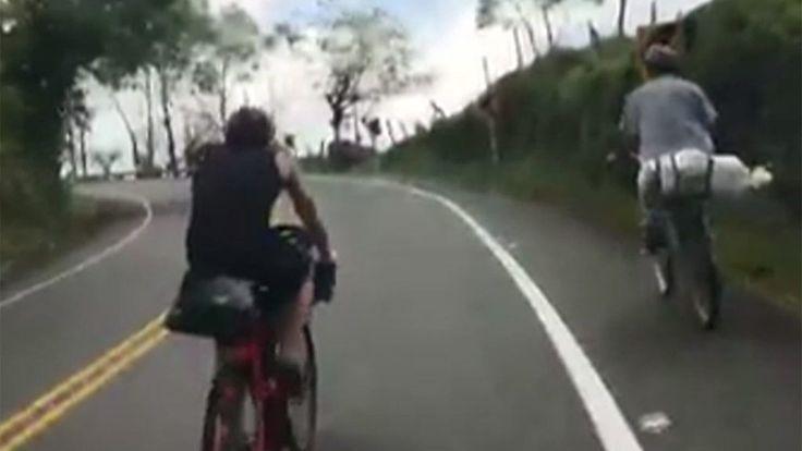 El triatleta francés Axel Carion y el sueco Andreas Fabricius no se podían creen que este campesino del occidente de Antioquia les sobrepasara sin apenas esfuerzo. El campesino, en una bicicleta muy simple y cargado con bultos, les saludó amablemente. Los deportistas están intentando batir el récord mundial de recorrer Sudamérica en bicicleta en menos de 58 días.