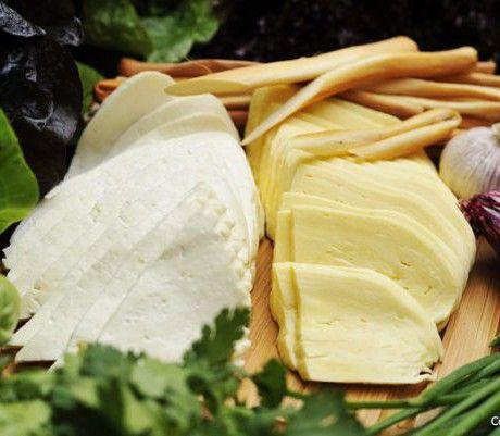 готовый сыр сулугуни хорош с зеленью и горячим хлебом