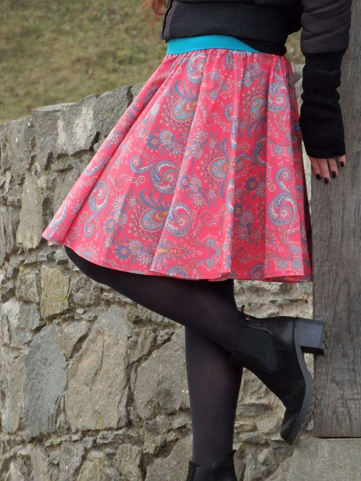 Opravdická+kolová,+růžové+paisley+Opravdická+kolová+bezešvá+sukně+sukně+vystřižena+z+jednoho+dílu,+nemá+švy,+krásně+drží+tvar+na+růžovém+podkladěmodré+a+tyrkysové+paisley+vzorky+a+kvítky+příjemné+splývavé+bavlněné+plátno+,+desingové+plátno+Francouzské+značky+Stof+ušito+z+předeprané+látky,+nesráží+se,+nepouští+barvu,+málo+mačkavé+v+pase...