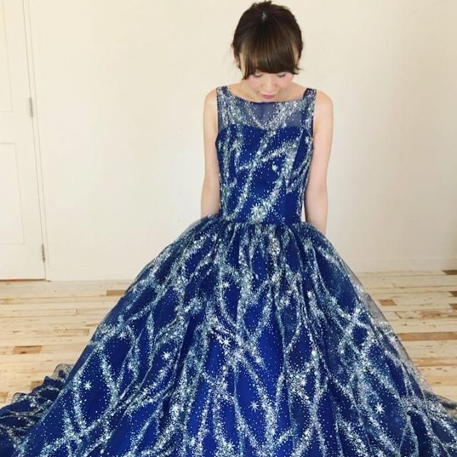 ◌ ❁˚ #キラキラ宇宙ドレス の動画🌟 止まってても動いても、 #グリッター が輝いて キラキラキラキラ....💭✨🌟💫✨ * これは自然光で明るい場所での動画ですが、 スポットライトが当たると もーーーっとキラキラです💎✨ * わたしは、取り外し可能なシースルーで #ノースリーブ のお袖の形も大好きです💓 細く見える🕊💛 2016.11.14 ◌ ❁˚ #marryドレス#kiyokohata#プレ花嫁#結婚式準備#ドレス選び#カラードレス#ドレス試着#キヨコハタ#グリッタードレス#ネイビードレス#ブルードレス#お星さま#サッシュベルト#天の川#ギャラクシー#ウェディングレポ#2017年春婚#2017年夏婚#2017年秋婚#2017年冬婚#marryxoxo