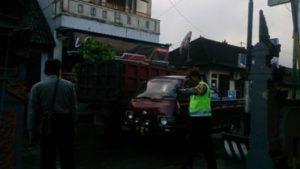 Bhabinkamtibmas Polsek Sidemen Polres Karangasem Berikan Pelayanan Masyarakat di Depan Pasar Sidemen