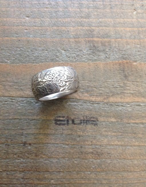 Anello Fabio De Maglie in argento con fiori giapponesi incisi a mano. Su etoilegioielli.com a €120,00