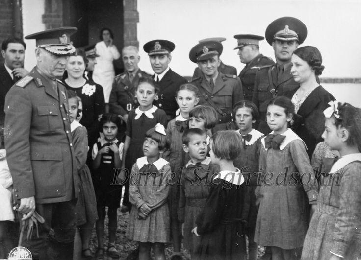 https://flic.kr/p/Jm9Ae1 | 54. Mareşalul Ion Antonescu în inspecţie la o şcoală primară din Alexandria (anul 1943)