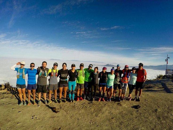 Uno de los motivos de hoy: salir en búsqueda del sol. Felicitaciones a toda la tripulación que nos acompañó hoy. Alineación perfecta del equipo desde #altolasvizcachas . Buen fin de semana para todos . Foto por @barrosmba . : info@stgomrco.com  #stgomrco #mammutchile #cabradelmonte #cervezaquimera #nutricionenbalance #club #equipo #crew #training #run #runner #mountain #trailrunning #ultratrail #running #landscape #picoftheday #photooftheday #instarun #instagram #instachile #instastgomrco…