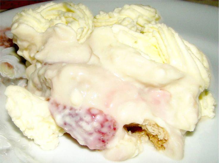 A receita de Recheio Alpino Suíço (ou Alpes Suíços) é muito simples de fazer. Basta misturar o chantilly com os morangos e suspiros que está pronto. Perfei