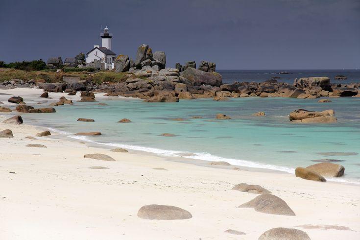 La plage et le phare de Pontusval à Brignogan-Plages dans le Finistère. Bretagne.