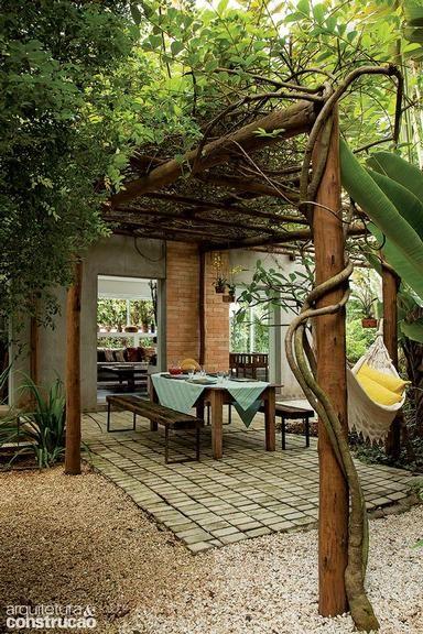 Pérgola de bambu, madeira, com e sem plantas e até composta por vasos. Veja…