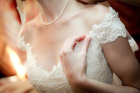 クラシカルで可愛い♡王妃様みたいなオフショルダーのウェディングドレスをあつめましたにて紹介している画像