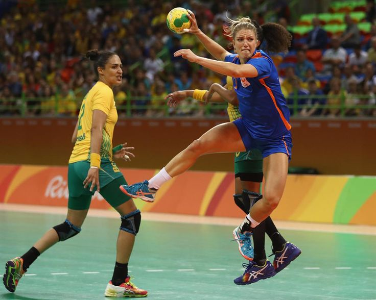 Nynke Groot die klaar is om de handbal te gaan gooien.   Rio 2016 © Lars Baro