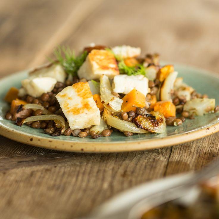 Dieser gesunde Sattmachersalat trumpft mit geröstetem Ofengemüse, knusprig gebratenem Halloumi und der sanften Anis-Note von Fenchel auf.