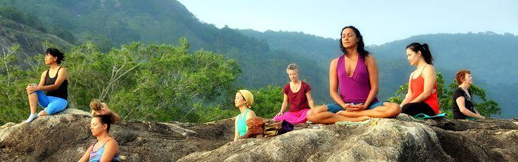 Méditation / Yoga au Sri Lanka.  Suivant les racines védiques du Sri Lanka, le yoga au Sri Lanka joue un rôle important dans la vie quotidienne des habitants de l'île et au-delà. Etroitement associé aux rites ayurvédiques, la pratique du yoga consiste en une série d'étirements et d'exercices respiratoires. Idéal pour ceux qui recherchent la santé et le bien-être. Lorsqu'il est associé à la méditation bouddhique, c'est un moyen imparable pour réduire le stress.