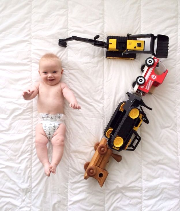 Taking monthly baby photos can be easy, quick and practically free! We  have compiled a list of our favorite simple and sweet ways to photography  your baby during the first year.