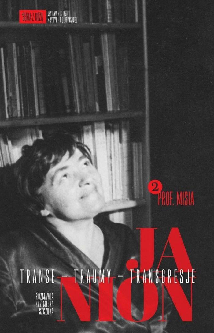 """Profesor Janion jako """"poeta krajowy"""", """"kloszard metafizyczny"""", Pluszkin z powieści Gogola, """"pracownica morza"""" z Wiktora Hugo, wreszcie – niezłomny starzec trwający na stanowisku w romantycznej bibliotece. Janion opowiada o życiu po katastrofie marca 68 tu, w kraju, na przekór projektowi emigracji. Lata siedemdziesiąte i osiemdziesiąte to epoka gdańskich """"Transgresji"""", czas Güntera Grassa, Wernera Herzoga, czas """"nowej prywatności"""", przekuwanej w projekt polityczny. Jarosław Iwaszkiewicz i –…"""