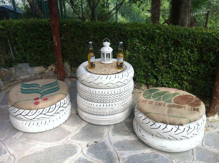 Tavolino e sedie da giardino con pneumatici di riciclo