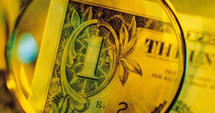 Como identificar uma falsa cédula de dólar. Acabar com dinheiro falso em mãos não é nada divertido. Mas isso ocorre com uma maior frequência do que pensamos, e quando você é a vítima, essa situação é extremamente decepcionante. Entretanto, existem alguns truques que podem ser utilizados para detectar notas de dólar falsas.