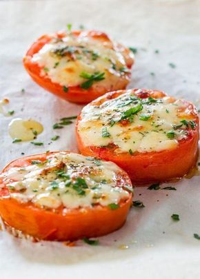 Geroosterde tomaten met pesto en parmesaan,supersnel en verrukkelijk recept. Ingrediënten: 2-3 grote vleestomaten Parmezaanse kaas, geraspt 1 eetlepel gedroogde