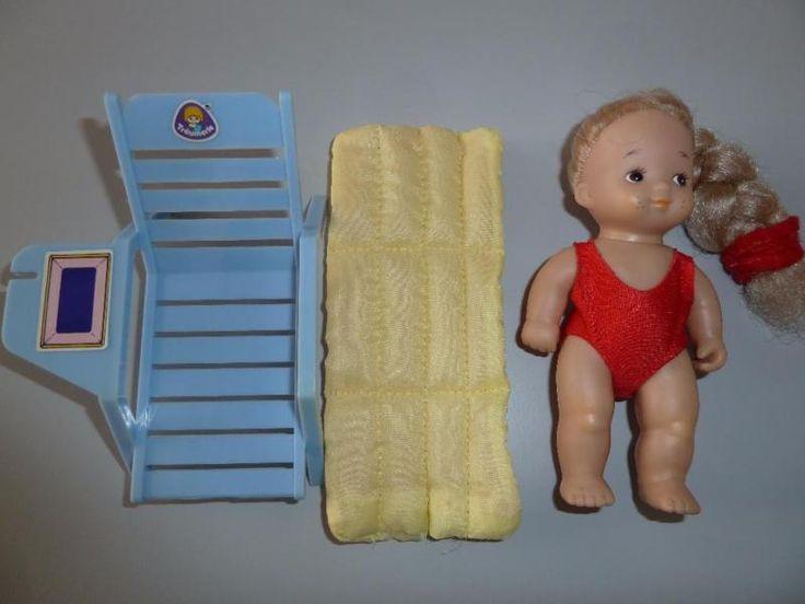 Puppe bespielt mit Liegestuhl und Luftmatratze.