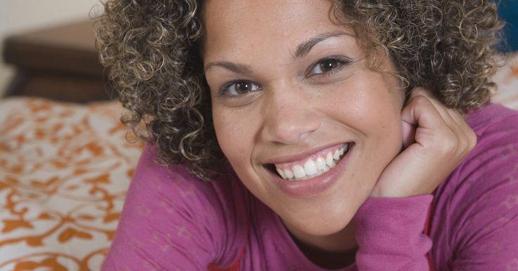 Como fazer cachos bem finos em cabelos afro. Os cachos-parafuso são pequenos cachos em espiral criados usando canudos em vez de hastes de permanente. Esse estilo pode ser usado por mulheres que têm cabelo afro natural relaxado ou com química. Esse também é um ótimo estilo de cabelo para quem está mudando de um cabelo com química para um com textura natural. Com prática, tempo e paciência, ...