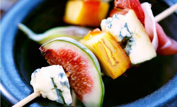 Spiedini di frutta fresca e formaggio, la ricetta leggera e rinfrescante | Cambio cuoco