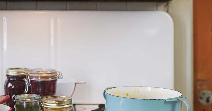 Ejemplos de aparatos eléctricos de cocina. Para muchos propietarios, la cocina es el centro de la vida familiar. Esto hace que sea importante elegir aparatos que combinen forma y función. Los electrodomésticos de cocina van desde los grandes que sirven como pilar del diseño de una cocina, hasta los aparatos de sobremesa que son utilizados a diario para preparar comida.