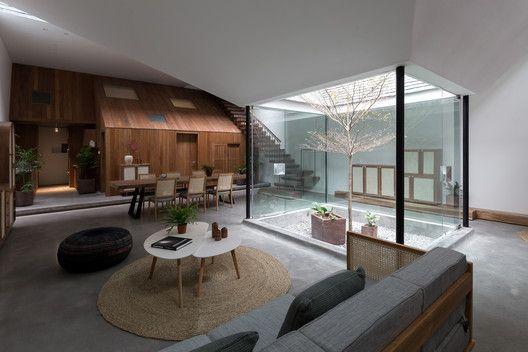 Stunning Height A Seamless Glass Guardrail Make For One Open Atrium Pattersoncustomhomes Thenewstandard Dream House Decor Modern House Design Custom Homes